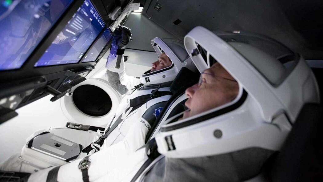 NASA-astronautene Bob Behnken and Doug Hurley (foran) forbereder seg på oppskytningen i simulatoren til SpaceX i slutten av mars 2020.