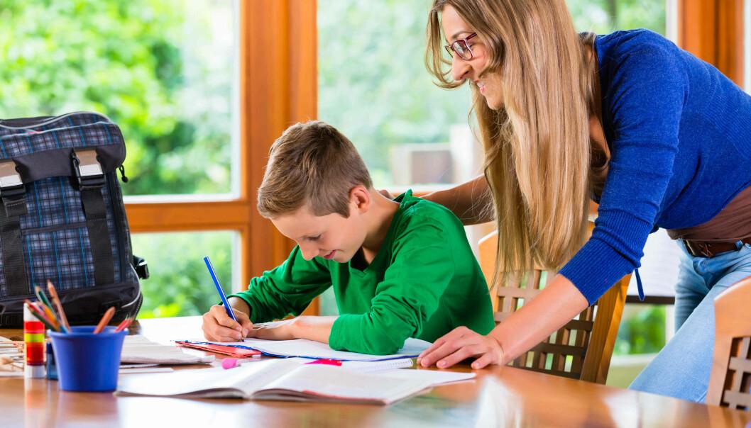 Oppmuntring fra foreldre gjør at barn som risikerer å falle ut av skolen likevel kan klare å mestre skolearbeidet. I studien har forskere samlet de mest effektive tiltakene for disse barna og familiene.