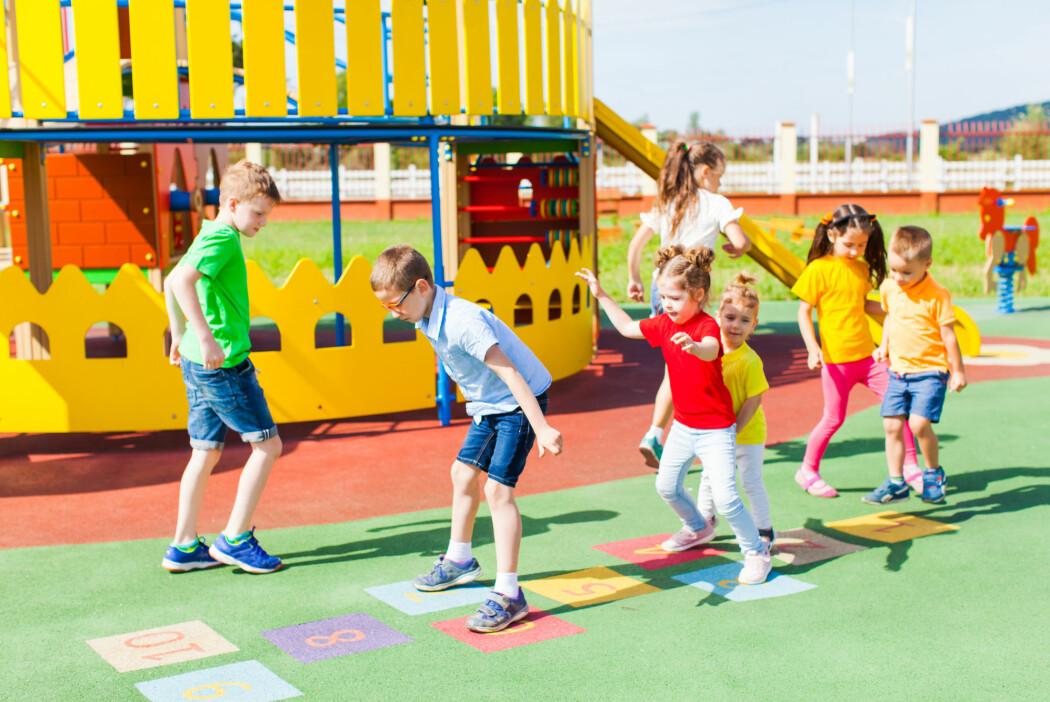 Elevene fra samtlige barneskoler i Horten kommune hopper seg gjennom regnestykkene og løper glosestafett på både engelsk og norsk. De lærer forskjellen på verb og substantiv mens de kaster på blink.