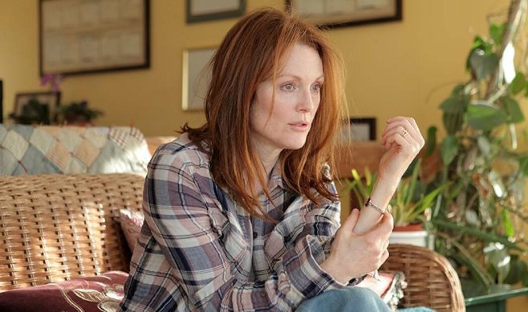 I filmen Still Alice, spiller Julianne Moore en kvinne som får Alzheimer. Filmen tar opp spørsmål om hvilke egenskaper som gjør livet verdt å leve, mener Michael Lundblad.