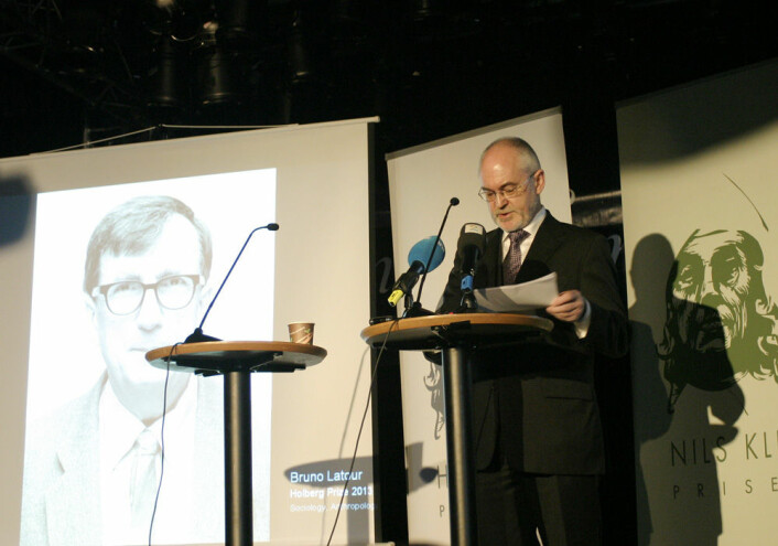 UiB-rektor Sigmund Grønmo kunngjorde prisvinneren på et arrangement på Studentersamfunnet i Bergen tidlig onsdag ettermiddag. (Foto: Andreas R. Graven)