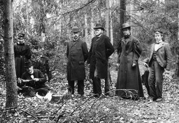 Fra sopptur til Sandviksåsen (Bærum) i oktober 1897. Fra v. Thekla Resvoll, Carl Størmer, Axel Blytt, Ove Dahl, Asta Lundell og student Fadum. Foto: Thekla Resvoll (?).