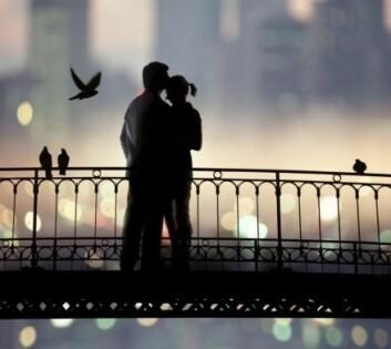 Ifølge eksistensialistisk tankegang kan forelskelse gi mening i livet, og nærheten med en partner gir styrke til å håndtere den ensomheten som alle bærer på. (Foto: Colourbox)