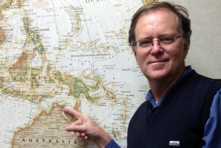 Den australske professoren Ian McIntosh har fem gamle kobbermynter og et kart med en stor 'X' på. Med disse hjelpemidlene skal han finne ut hvem som oppdaget Australia. (Foto: Purdue University)