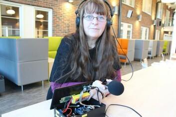 Boksen på bildet inneholder det som skal erstattes av elektronikk i headsettet, og selve programmet som kommuniserer med bruker under hørselstesten. Dette programmet skal bli en App. Mikrofonen skal også implementeres i headsettet. (Foto: Sintef)