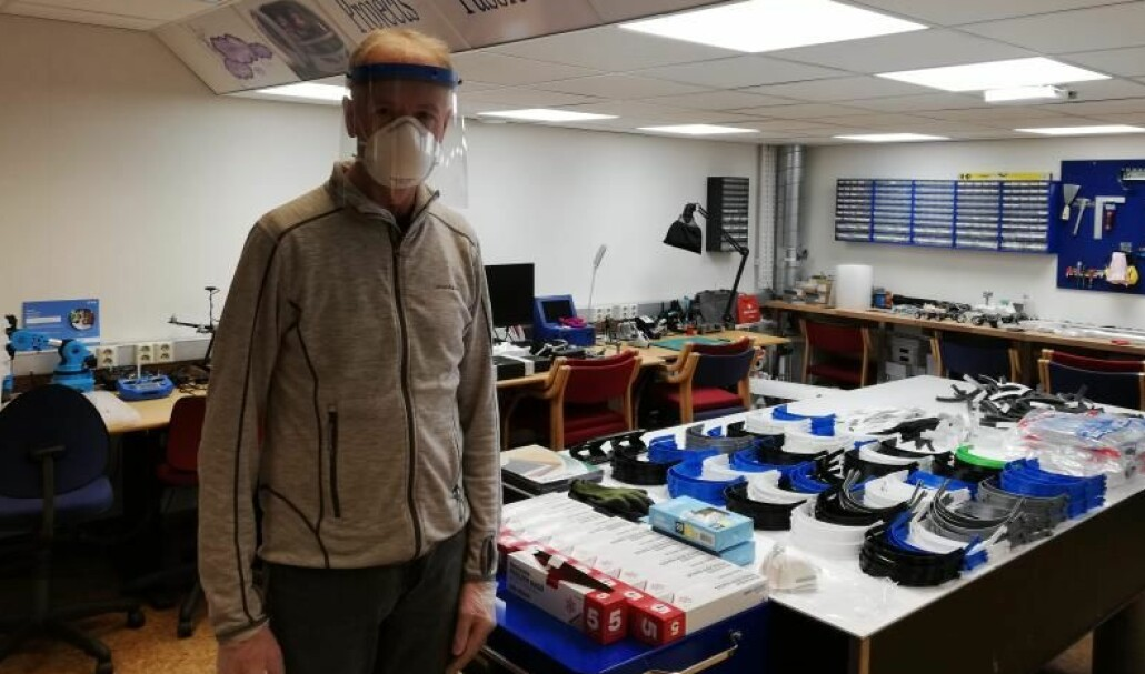 Pål Grønstad i full gang med å produsere ansiktsvisirer for brukere i helsesektoren.