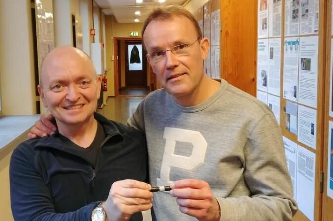 Roger Trones (t.v.) og Stig Pedersen-Bjergaard viser fram oppfinninga som vert lansert i 2021.