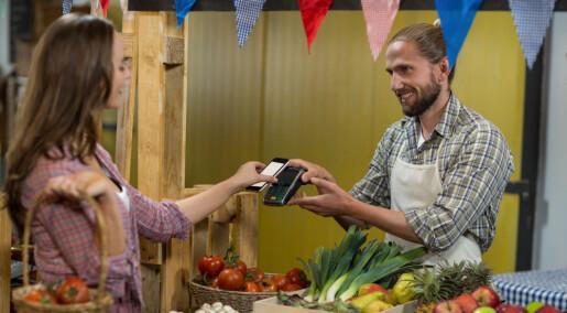 Unge kvinner og menn bruker smarttelefonen ulikt til shopping
