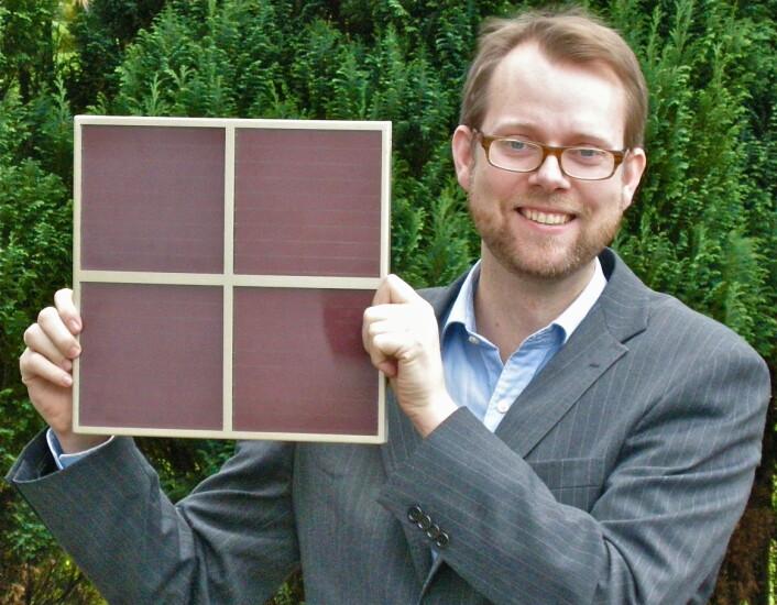Andreas Westermoen viser en prototypmodul bygde med DSC-metoden og Jomas nanopartikler. (Foto: Joma)