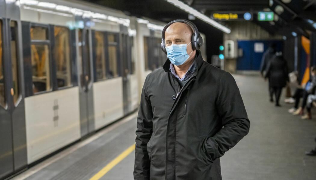 Flere i Oslo velger å gå med munnbind. En rekke land påbyr eller anbefaler bruk av munnbind. Norske myndigheter har likevel ikke anbefalt folk å bruke det til nå. Folkehelseinstituttet kommer med en kunnskapsoppsummering om bruk av munnbind i løpet av få dager.