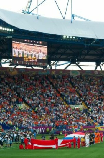 Publikum har ofte høye forventninger til landslaget. Morten Olsen toner ned de forventninger ved å omtale Danmark som en liten nasjon med få spillere. (Foto: Colourbox)