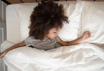 Hvorfor rykker vi til når vi sovner?