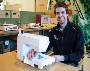Forsker Lars Morten Bardal jobber med en doktorgradsavhandling i vindkraft, men arbeider også med sportsteknologi. Da ble det plutselig nødvendig å lære seg å sy sylinderbusker av alpinstoff. (Foto: Anne Sliper Midling