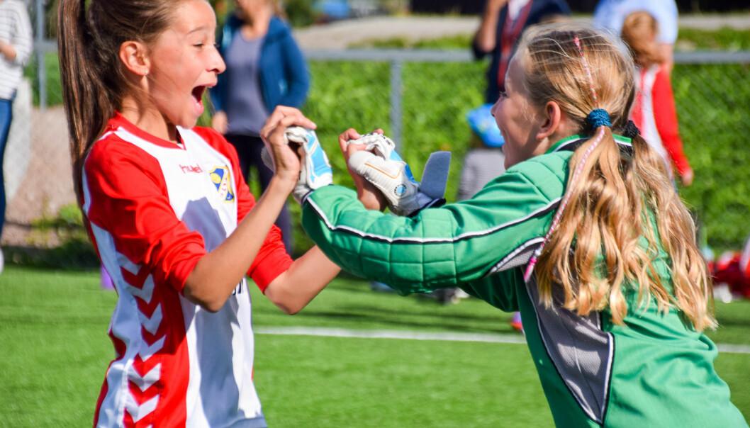 Å måtte vente på gleden ved å være sammen på idrettsbanen er bare èn av utfordringene koronaepidemien fører til for idretten. Lyns fotballjenter 2017.