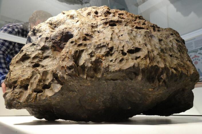 Denne utenomjordiske steinen på et halvt tonn er hentet opp fra bunnen av Tsjebarkul-sjøen. Den er like gammel som vårt solsystem. (Foto: Andrey Yarantsev)