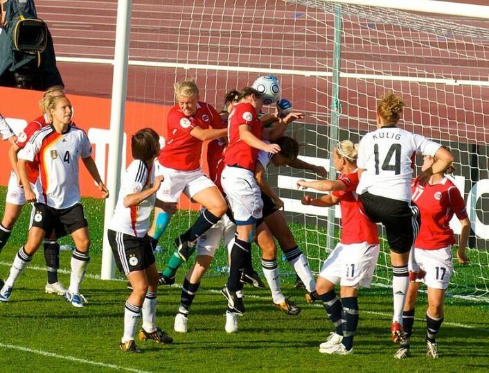 Mens damelandslaget gjør det jevnt over bra i internasjonale turneringer, når herrelandslaget sjelden opp. Allikevel regnes herrefotballen som helt klart overlegen, fordi det damene driver med ikke er ekte fotball. Her spiller Norge mot Tyskland i EM 2009 i Finland. (Foto: Wikimediacommons)