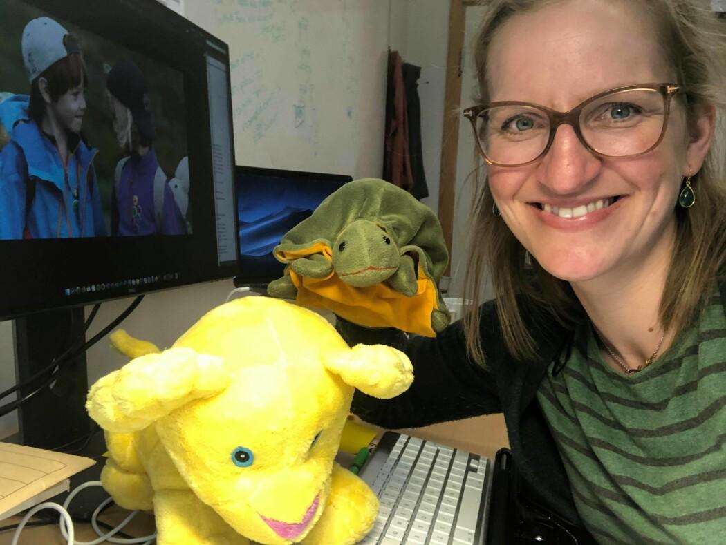 Tina Ringstad er språkforsker på NTNU. Hun bruker en bamse når hun skal finne ut hvordan barn snakker.