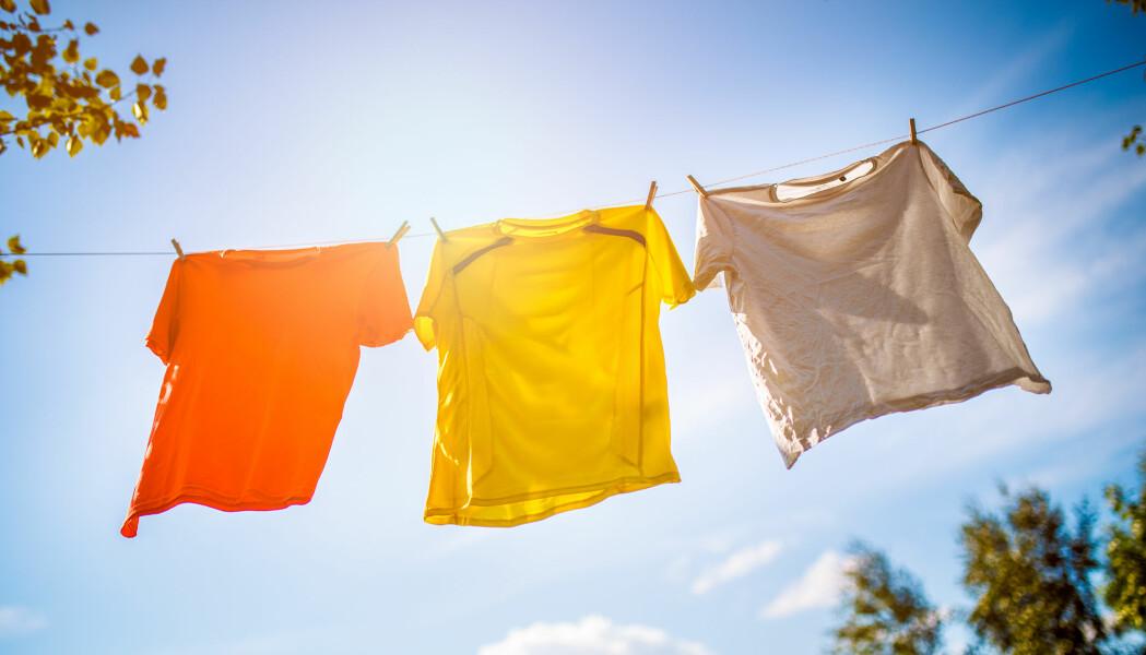 Den duggfriske duften av klær som har tørket utendørs, skyldes fysiske og kjemiske prosesser på tekstiloverflaten hvor solen er involvert.