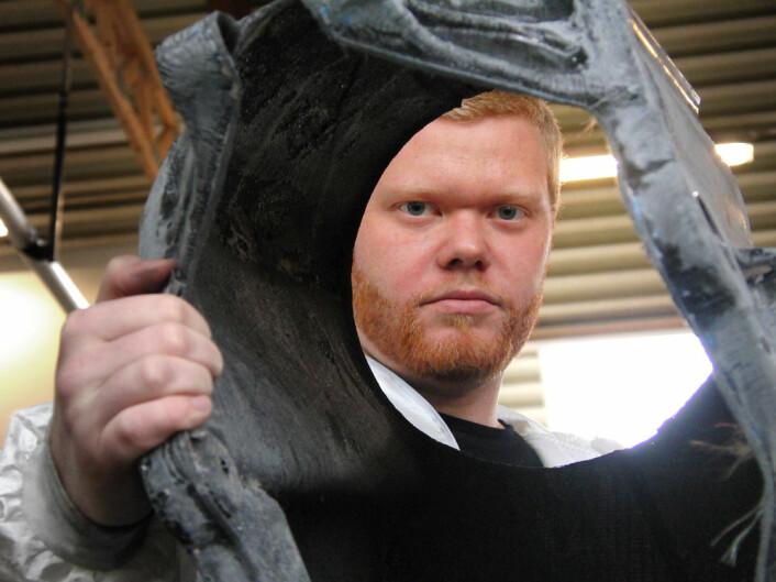 Unik konstruksjon: Erik Olsvik med rammen til Roskva. Den er selvbærende, laget av karbonfiber. Mange faktorer påvirket hverandre gjensidig, og gjorde designet vanskelig. (Foto: Arnfinn Christensen)