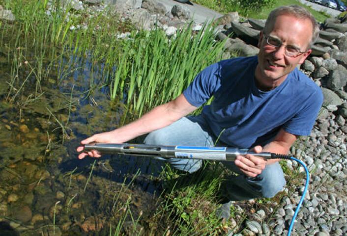 Forsker Roger Roseth ved Bioforsk med sonde for måling av miljøkvalitet i ferskvann. Slike sonder brukes ved mange større anleggsarbeider rundt om i Sør-Norge. (Foto: Asle Rønning)