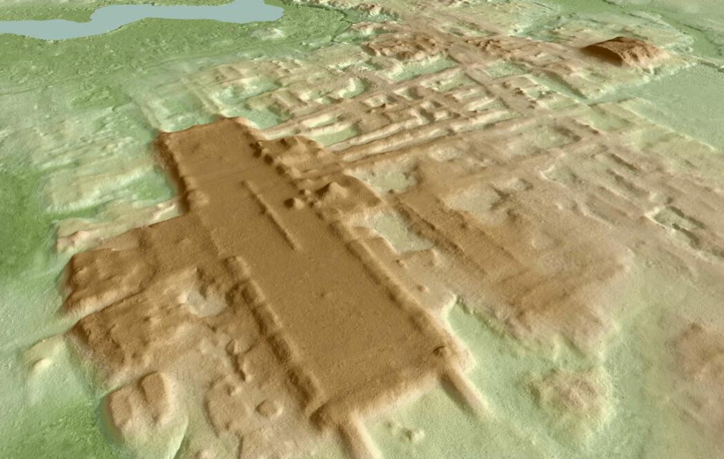Her ser du et databilde av en gigantisk plattform (brun rektangel) under jorda i Mexico. Den er 1400 meter lang. Nå ligger den skjult under trær og planter, men forskere oppdaget den med laserteknologi.