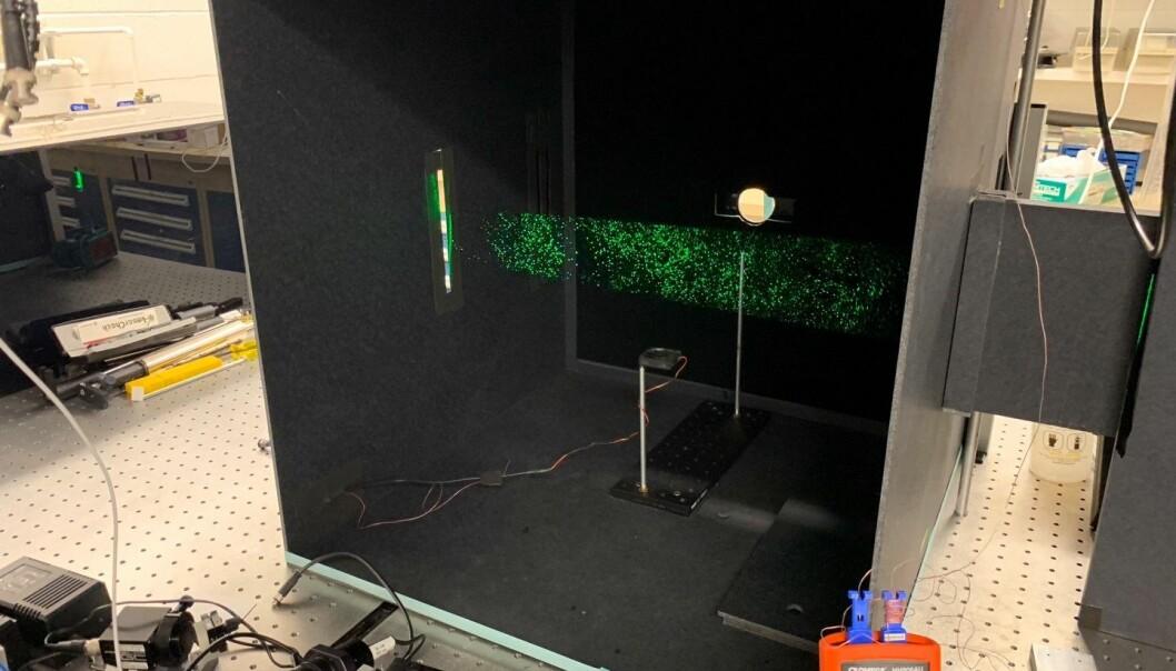 Sånn så boksen ut der personene stod og snakket. Det grønne lyset er laseren som viser dråpene i lufta.