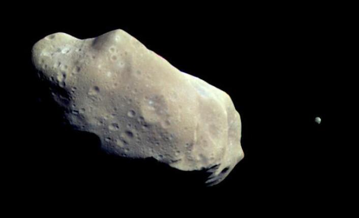Asteroiden 243 Ida med månen Dactyl fotografert av romsonden Galileo 28. august, 1993. (Foto: NASA)
