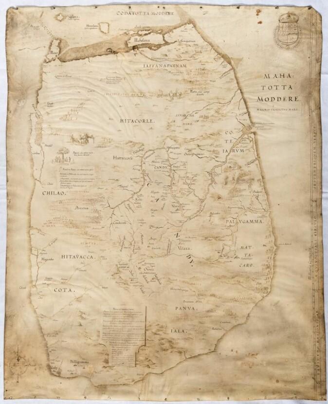 Spikerhull viser at dette kartet over Ceylon har blitt hengt opp, og det menes at det ble overbrakt til Christian IV av Marcelis Boshouwer. Nederlenderen ankom i november 1617 til København på vegne av riket Kandys hersker, som ønsket dansk hjelp til å tøyle den portugisiske kolonimakten.