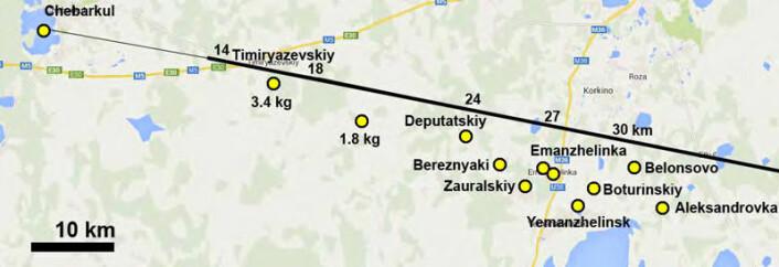 Kartet viser bekreftede funnsteder for de mindre meteorittene (gule prikker med svart omriss) og innsjøen Tsjebarkul. Den svarte streken viser ildkulens bane fra høyre mot venstre.Tallene viser høyden på ildkulen fra 30 km høyde (høyre side av kartet) til 14 km høyde (venstre side av kartet). Byen Tsjeljabinsk ligger mot nord utenfor kartet. (Foto: (Illustrasjon: Science/AAAS))