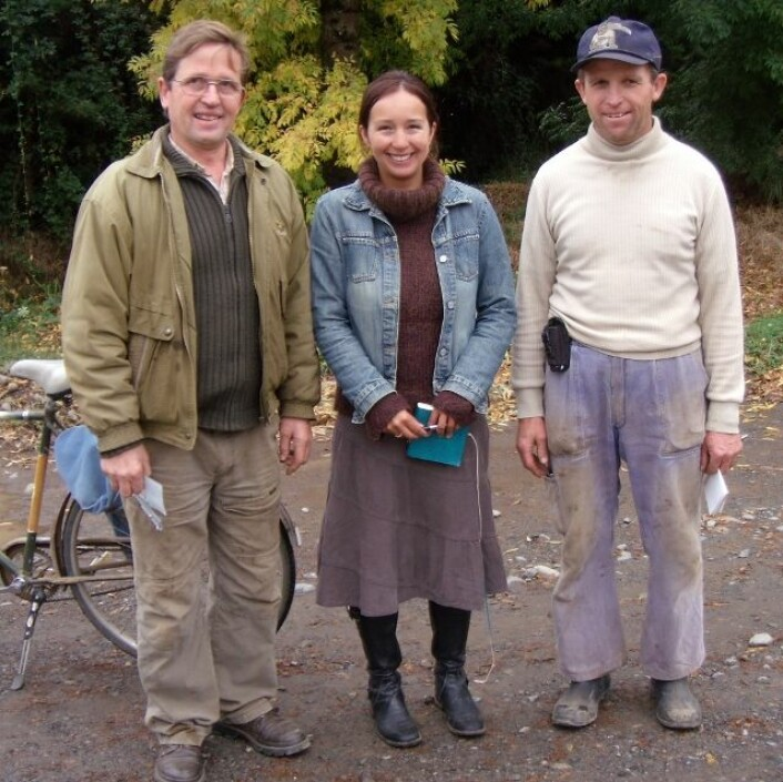 Marcela Douglas var den første forskaren som slapp inn i Colonia Dignidad i 2001. Her saman med to av informantane hennar, Rudiger Schmidtke (t.v.) og Hilo Zeitner Bohnau. (Foto: Colonia Dignidad/Marcela Douglas)