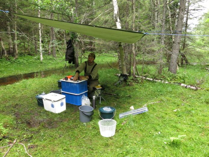 Masterstudent Knut Magnus Wold forbereder utstyret til fiske.