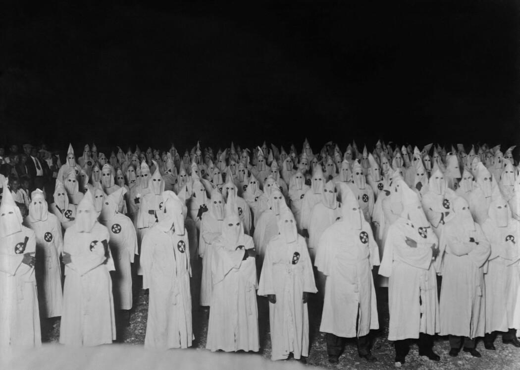 Laboratoriestudier har vist at selv de mest bevisste og velmenende og åpne i blant oss, er akutt sikre og raske når det kommer til å avgjøre hvem som er hvem. Og like raske til å hente frem fordommene. Bildet er fra en Ku Klux Klan-samling i USA på starten av 1920-tallet.