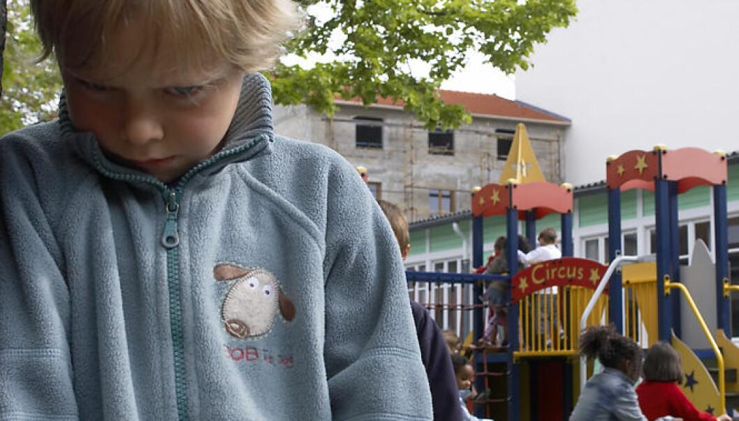 Et barns tilknytning til en trygg voksen er viktig for at det skal føle seg trygt nok til å utforske verden, og lære å regulere sine egne følelser, ifølge Ramsdal. (Illustrasjonsfoto: www.colourbox.no)