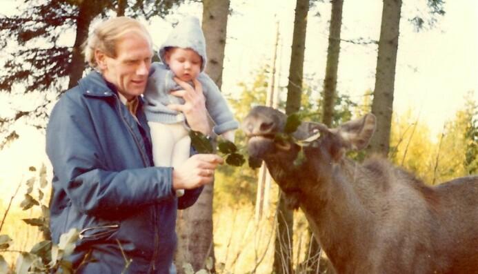 Olav Hjeljord forsket på elg i mange år. Her fra da sønnen hans var liten og fikk være med på jobb.
