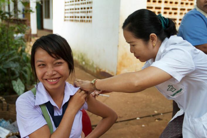 Antall dødsfall som følge av meslinger i verden har gått kraftig ned etter 2000, takket være vaksinering. Men fortsatt dør tusener av barn unødvendig. Målet med vaksinering er at så mange som mulig skal være immun mot sykdommen. Bildet av denne jenta som blir vaksinert er tatt i Laos. (Foto: WHO)