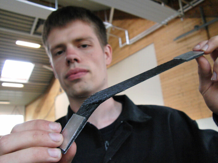 Sterkt materiale: Espen Kultorp med bånd av karbonfiber som brast ved et strekk på 1,5 tonn. (Foto: Arnfinn Christensen)
