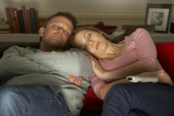 På TV-skjermen er det liv og røre, men sjølv kan du få store problem med å halde augene opne. (Foto: Colourbox)