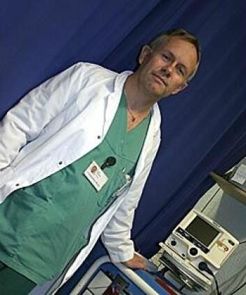 """""""Overlege og forsker Eirik Skogvoll har praktisk erfaring med hjertestans som anestesilege ved St Olav Hospital. Her foran en vanlig hjertestarter på Akutten i Trondheim. Foto: Tor H. Monsen"""""""