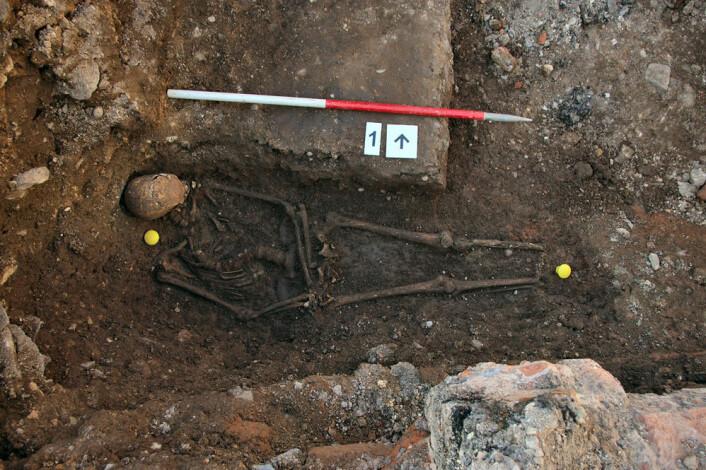 Kongen ligger stablet opp mot den ene veggen i grava. (Foto: University of Leicester)
