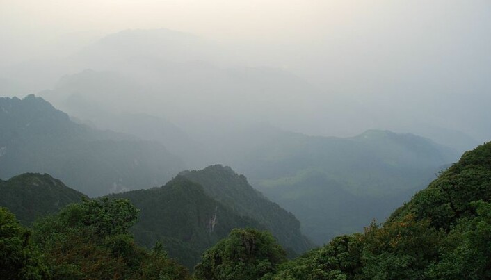 Emei-fjellene er et sentrum for buddhistisk kultur i Kina. Her finnes det også flere sjeldne dyrearter. Fjellene besøkes av mange turister.