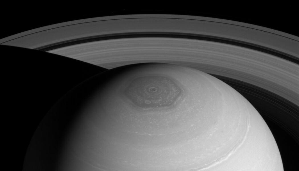 Den sekskantede stormen på Saturns nordpol, sett av Cassini i 2014.