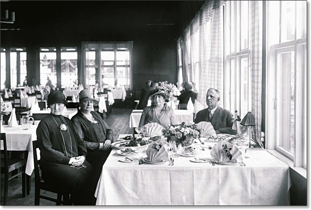 Hovedrestauranten under utstillingen hadde øl- og vinrett og plass til hele 1300 gjester. Den ble drevet av restauratør Carl Jørgensen, kjent for restauranten «Cordial» i Storgata i Oslo. Men det var et krav at servitørene kom fra Sarpsborg. Gjestene kunne få servert <i>«alt hva man kan forlange til legemets vederkvegelse»,</i> som journalisten i Sarpsborg Arbeiderblad bemerket.