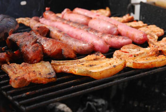 Grillmat bør ikke stå på menyen hver dag. Rød kjøtt, og spesielt pølser og flesk, gir økt risiko for flere typer sykdommer. (Foto: Colourbox.com)