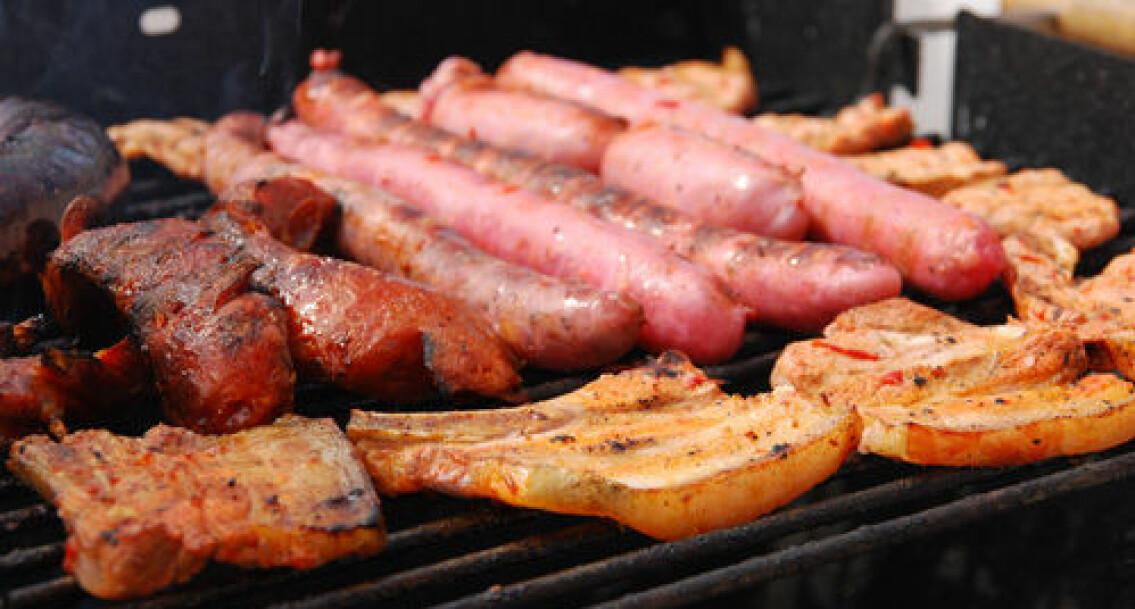 Det finnes holdepunkter for at enkelte typer tilbereding kan være uheldig, som steking og grilling. Men dette gjelder alle typer kjøtt, og ikke bare det røde, ifølge forskerne. (Foto: Colourbox.com)