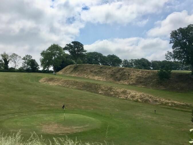 I dag er det anlagt golfbane ved vikinganlegget. Her er nordvollen fotografert – sett forfra.