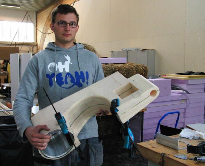 Hans Ola Krog (bildet) har vært med på å utvikle svingarmen av karbonfiber, sammen med Lars J. Norberg. Svingarmen er det hengslede, fjærende leddet som bakhjulet sitter på. Her med støpeformen. Drivakselen av karbon går gjennom svingarmen. (Foto: Arnfinn Christensen)