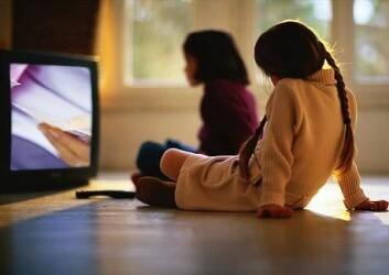 Særleg småbarnsforeldre kan nok kjenne seg igjen i følelsen av å bli trøtt etter middag og arbeid. (Foto: Colourbox)