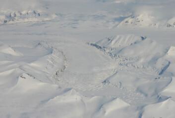 """""""Skobreen på Svalbard surget for et par år siden. Som bildet viser, så er breen nedsunket på midten, samt at den er svært oppsprukket"""""""