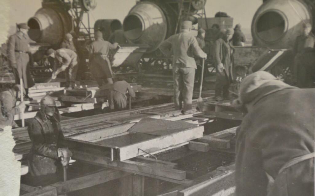 Tyske ansatte i den halvmilitære byggeorganisasjonen OT holder oppsyn med sovjetiske krigsfanger under byggingen av Batterie Vara i nærheten av Kristiansand.