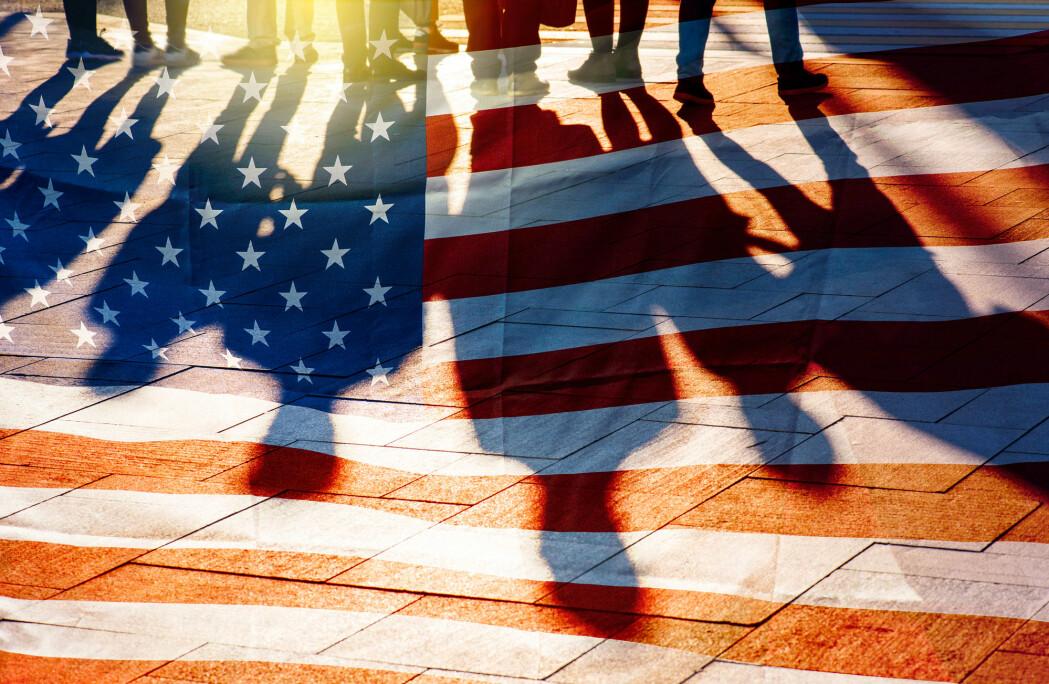 I USA er den sosiale tilliten mellom innbyggerne blitt kraftig redusert de siste 50 årene. Fra nesten 70 prosent som sa at man generelt kan stole på andre mennesker, til under 40 prosent som svarer det samme i dag. I flere land er det under 10 prosent av innbyggerne som mener at andre er til å stole på.